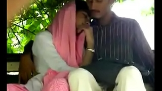 Indian girl give handjob to her lover in park